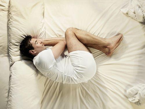 tidur peluk bantal tanda orang tu penyayang dan romantik