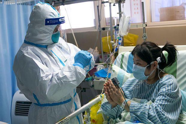 pesakit coronavirus cabut topeng muka pembantu perubatan dan ludah padanya