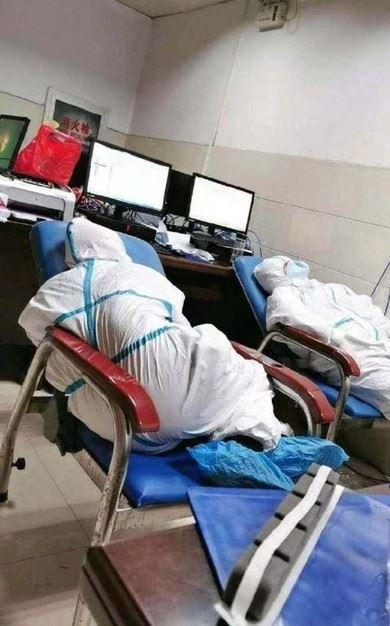 petugas perubatan tidur kepenatan, pakai lampin sebab tiada masa ke tandas rawat pesakit wabak coronavirus