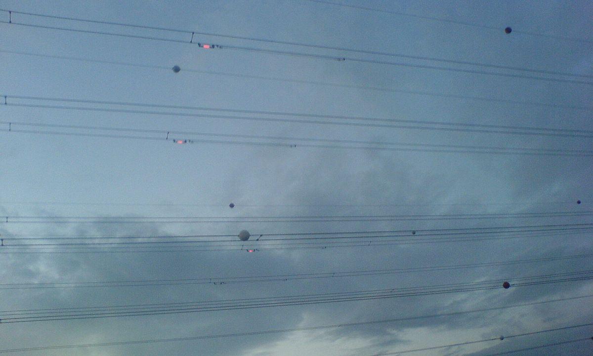bola-bola yang dekat kabel elektrik ni sebenarnya untuk apa?