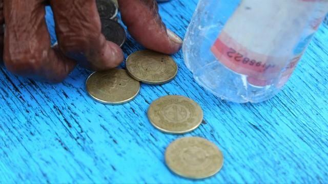 wanita 74 tahun setiap hari kutip duit syiling di dasar laut untuk hidup