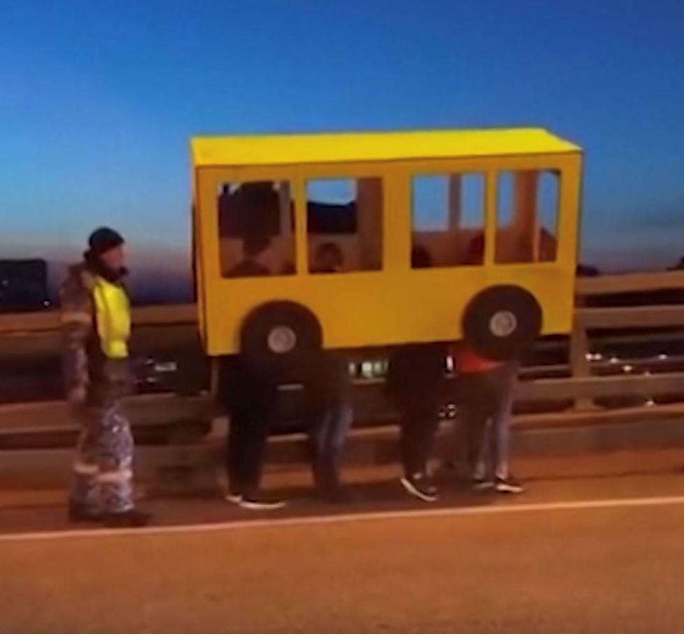 pejalan kaki tak boleh guna jambatan, empat lelaki menyamar jadi bas