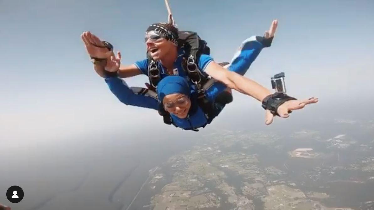 berani terjun dari 15,000 kaki, ada yang ingat mat salleh peluk mira filzah?