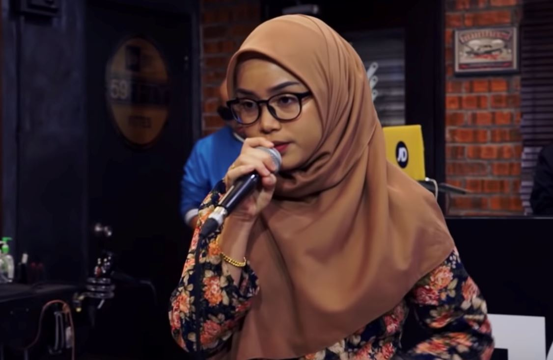 gadis 19 tahun berbaju kurung tarik perhatian dunia sebagai rapper