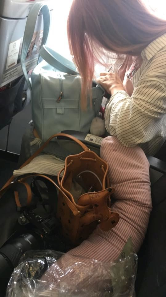 wanita takut dalam flight pegang tangan lelaki tak dikenali, kini jadi pasangan bercinta