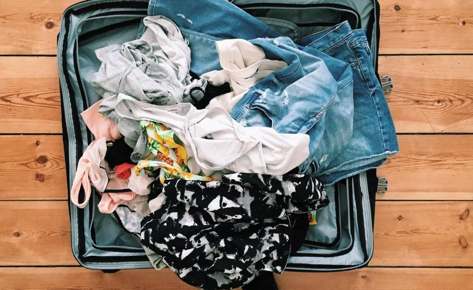 gadis di puji berjaya kemas 50 pakaian dan 9 kasut hanya dalam satu beg