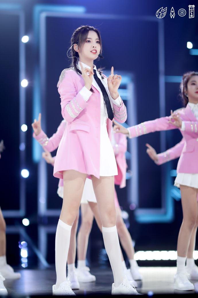 火箭少女《合唱吧300》合体 齐穿粉红队服回忆《创造101》