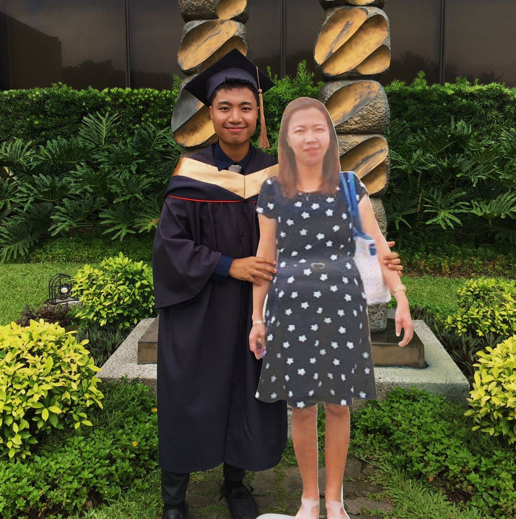 this student brought a life-size cutout of his late mother to his convocation and went viral