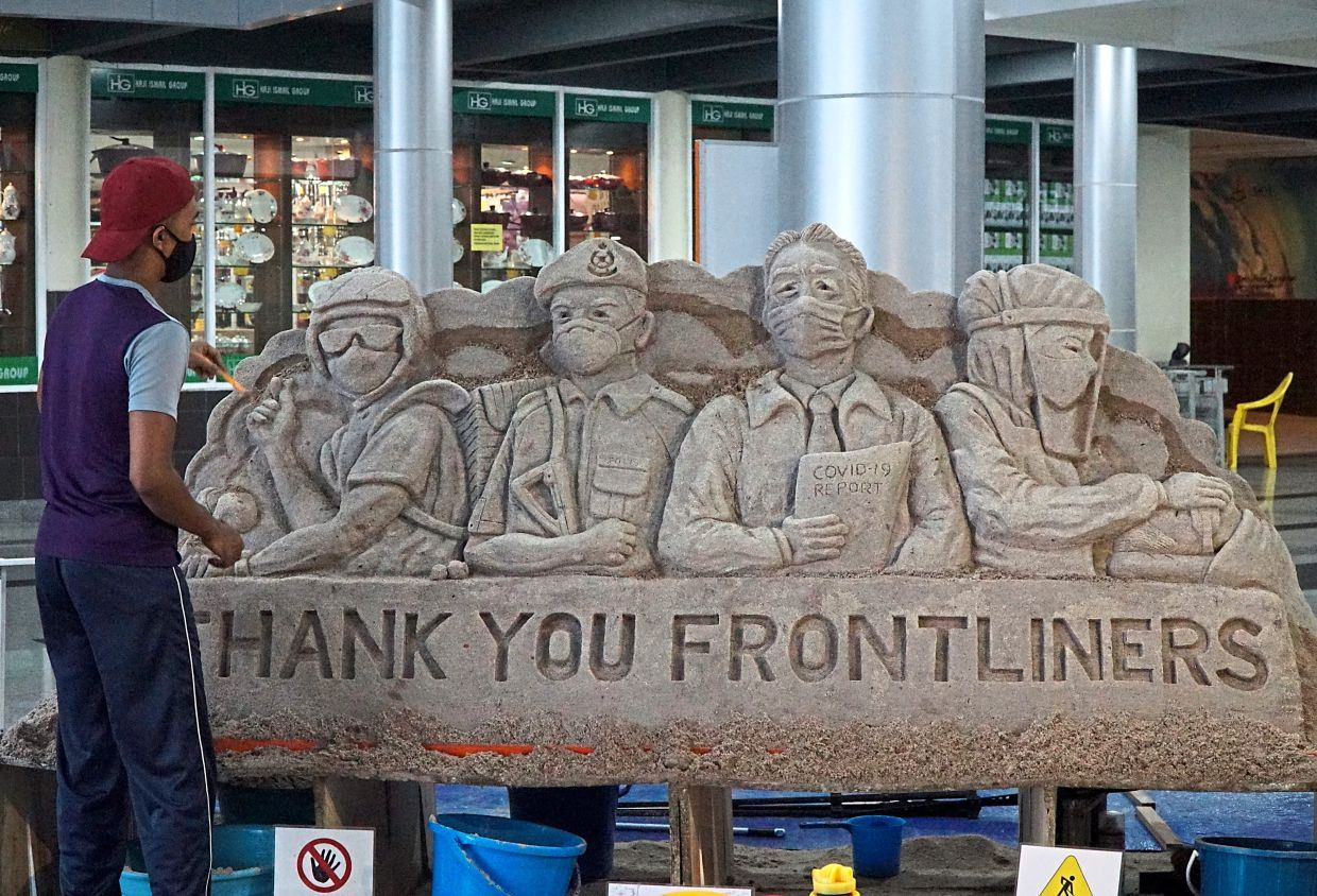 visual artist created a sand sculpture commemorating frontliners