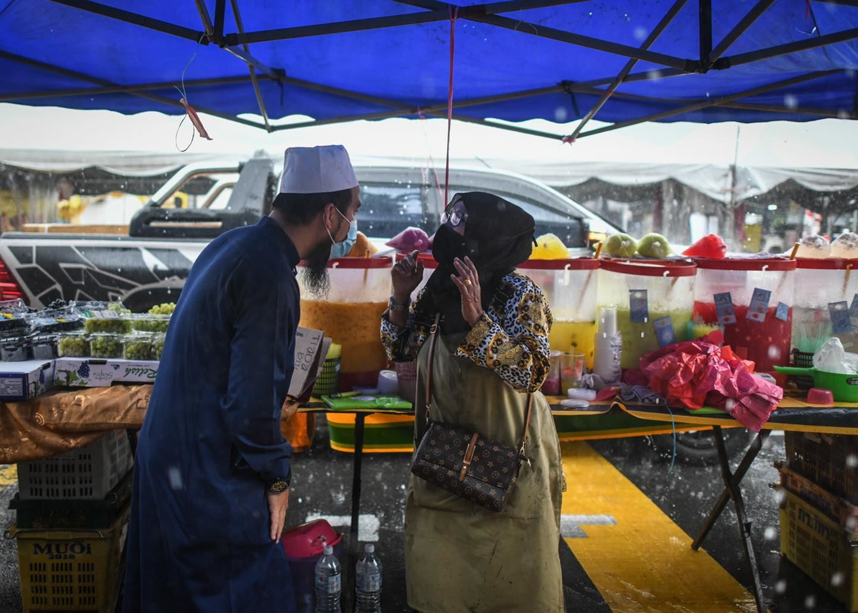 """""""sebak sayu rasa hati,"""" ebit lew sanggup redah hujan beri bantuan peniaga bazar ramadan!"""
