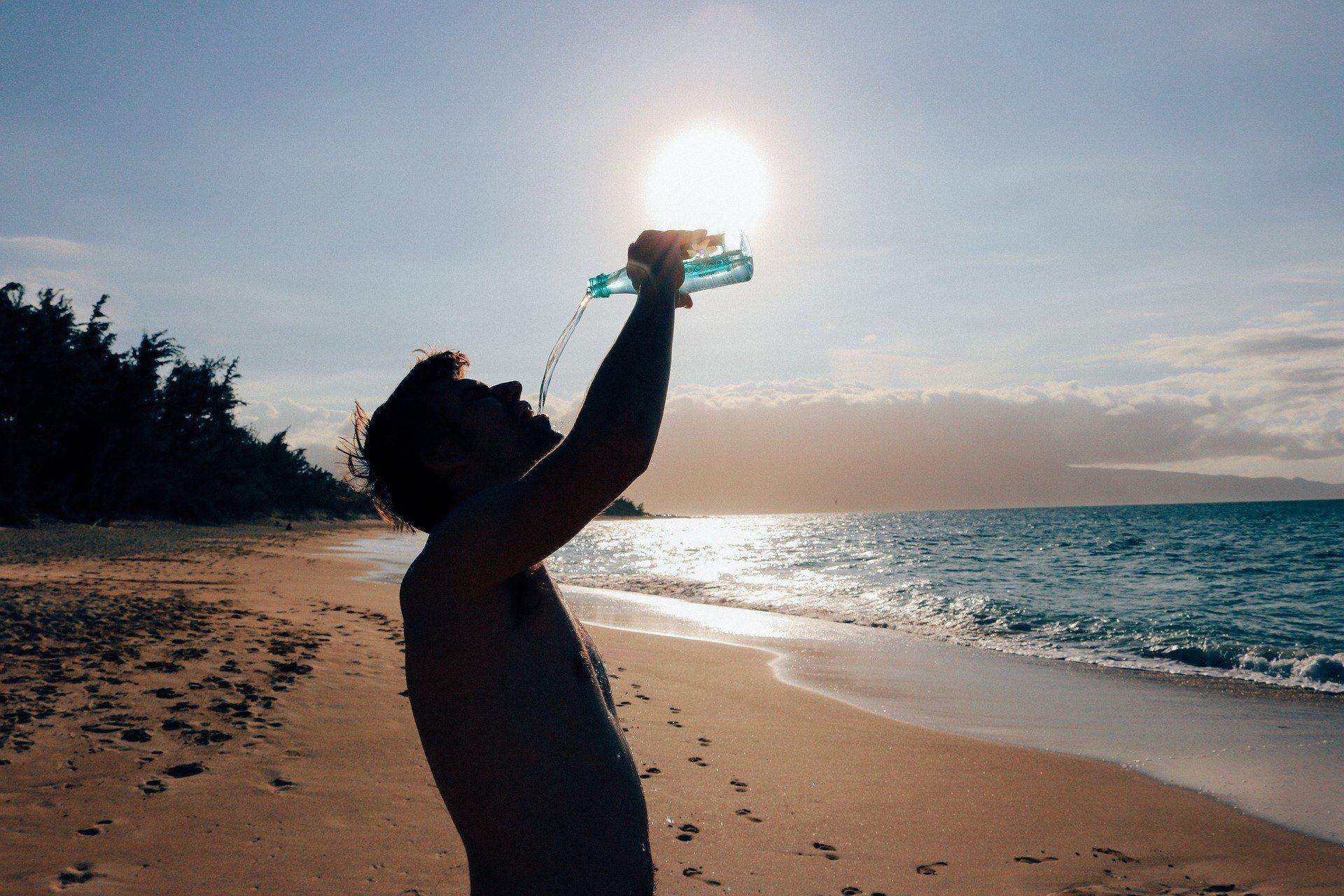 rasulullah saw melarang jangan minum air sambil berdiri. ini sebabnya!