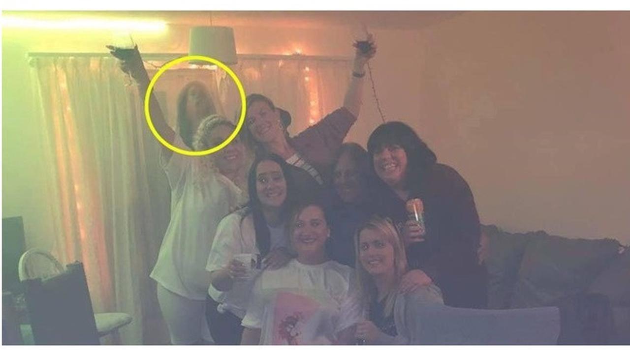 terlihat 'penampakan' aneh dalam foto berkumpulan, wanita bertukar ketakutan