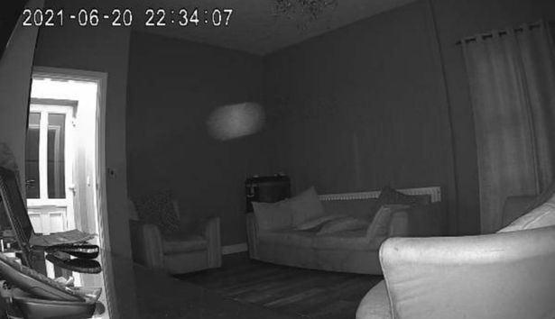 seram, cctv kesan kepulan asap dipercayai hantu dalam rumah
