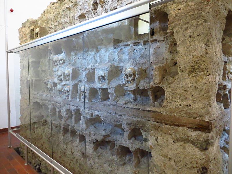 bangunan ini dibina guna tengkorak dan tulang manusia
