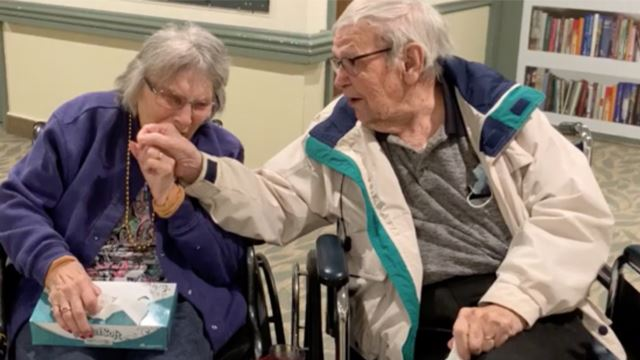 pasangan warga emas ini akhirnya bersatu selepas terpisah akibat covid-19