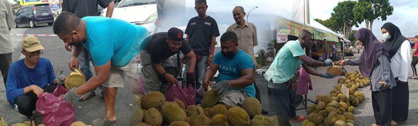 penjual buah di kedah lelong harga durian dengan niat semua orang dapat merasa