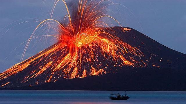 gunung berapi anak krkatau kembali aktif, keluarkan asap kelabu setinggi 500 meter