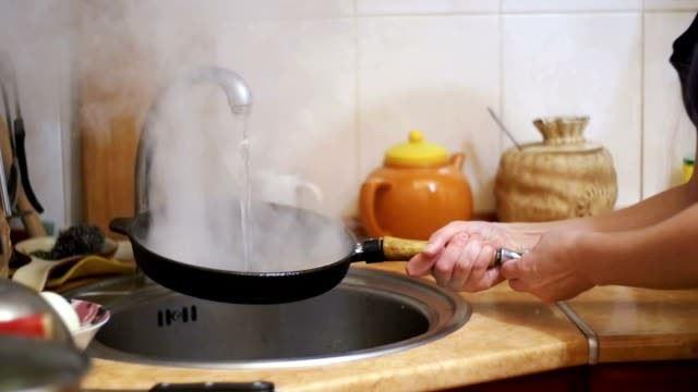 jangan sesekali curah air sejuk ke dalam kuali yang masih panas!