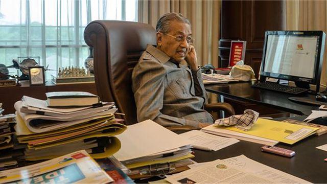 hari ketiga sebagai perdana menteri interim, tun mahathir terus rancak menyelamatkan negara