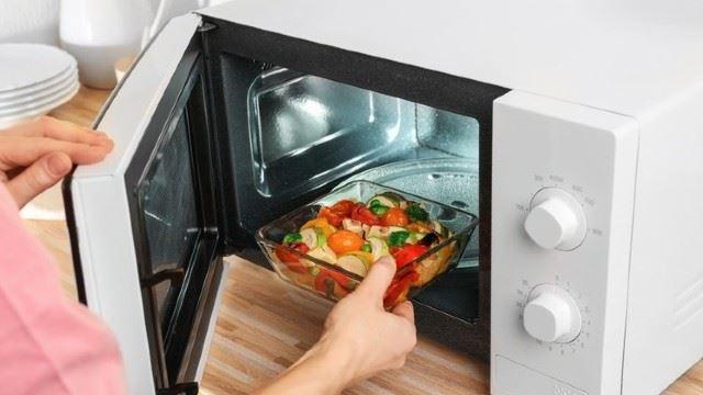 panaskan makanan dalam microwave, betul ke makanan akan kurang khasiat?