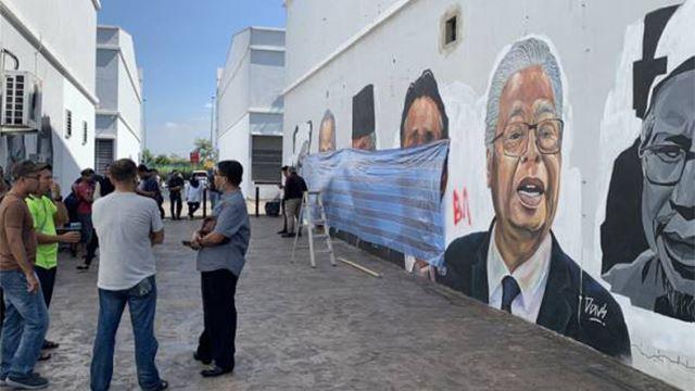 mural hero negara diconteng dengan perkataan kesat