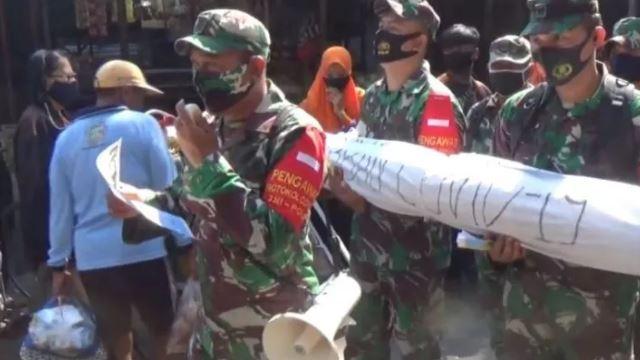 tentera usung replika jenazah sebagai peringatan bahayanya covid-19