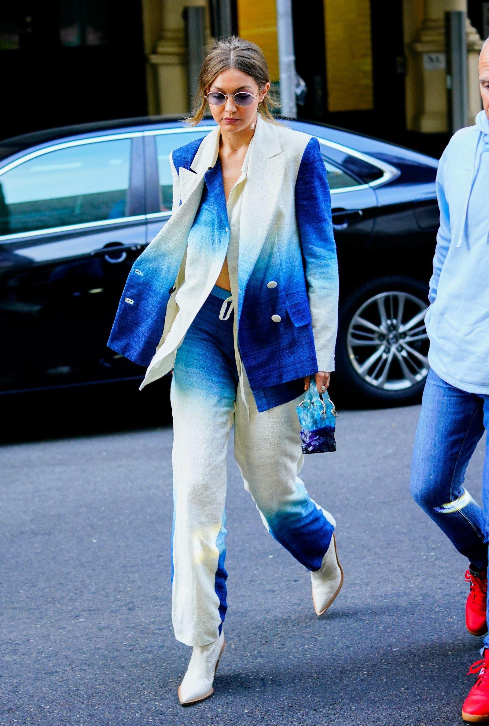 gigi hadid pun pakai suit dengan corak tie-dye! serious cantik dan awesome