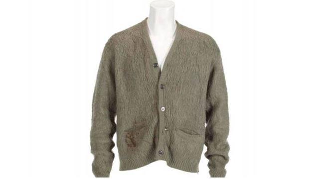 kardigan milik kurt kobain yang tidak dibasuh dijual pada harga $130,000