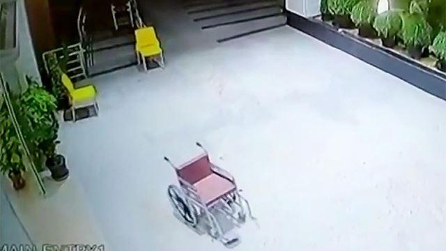 seramnya! kerusi roda bergerak sendiri secara tiba-tiba di sebuah hospital!