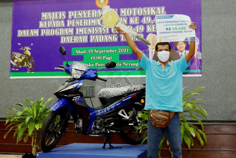 penerima vaksin ke-49,400 padang terap terima hadiah motosikal