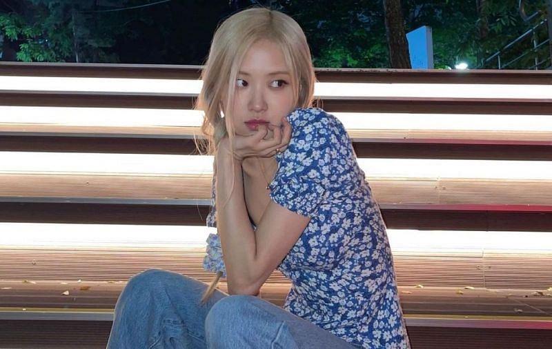 sambil duduk sambil tengok lirik, netizen kagum dengan nyanyian bersahaja rosé blackpink