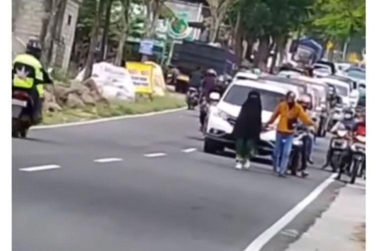 wanita tengah jalan raya punca trafik sesak teruk
