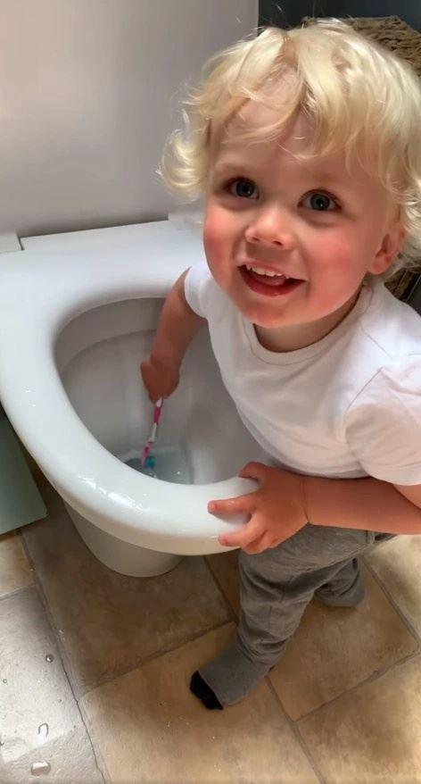 ibu terkejut lihat anak bersihkan tandas guna berus giginya