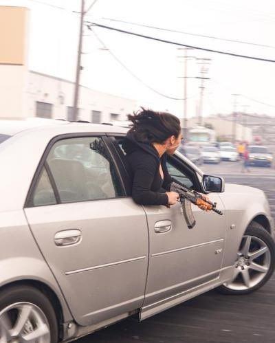 wanita tular akibat turunkan tingkap kereta sambil tayang senapang ak-47