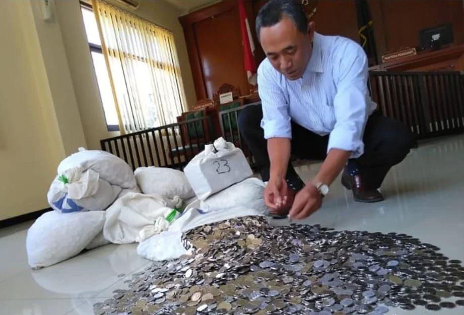 lelaki bawa 10 beg berisi duit syiling untuk beli kereta secara cash
