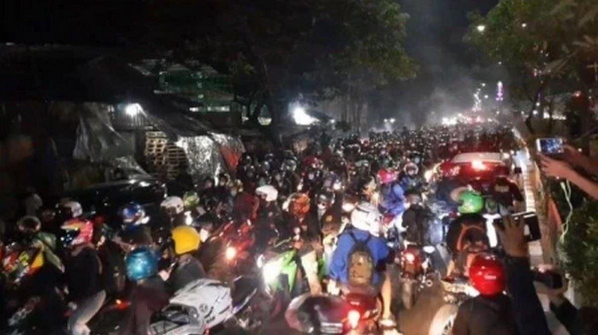 polis indonesia terpaksa buka sempadan setelah dirempuh ribuan penunggang motosikal yang berkeras ingin pulang ke kampung