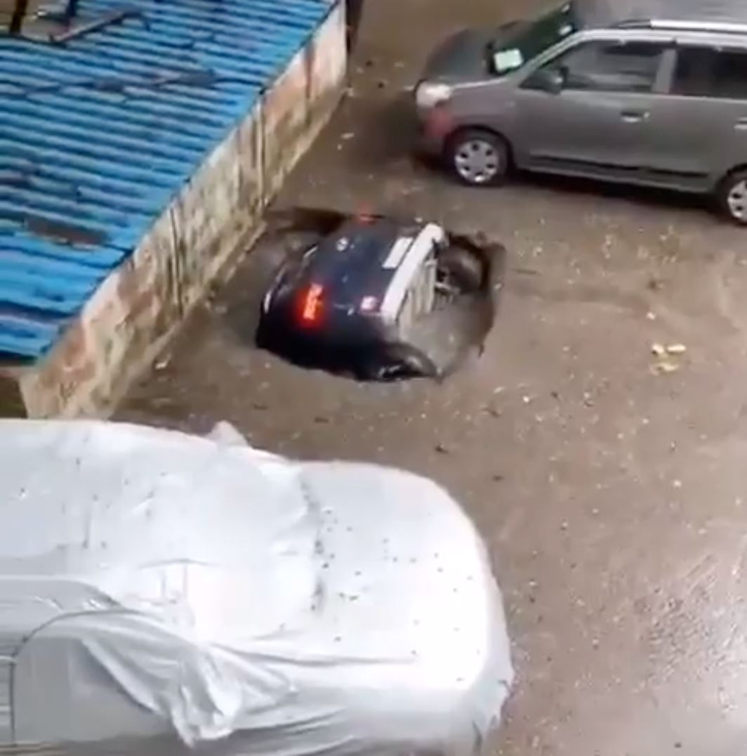 viral video kereta ditelan bumi