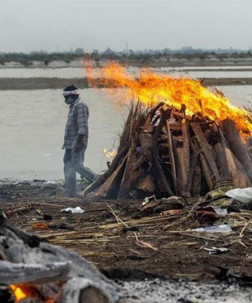 kelibat mayat kembung & reput yang meninggal dunia akibat covid-19 penuhi tebing sungai di india