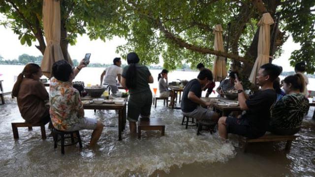 steady, pelanggan di kedai makan thailand ini kekal menjamu selera dengan gembira walau banjir