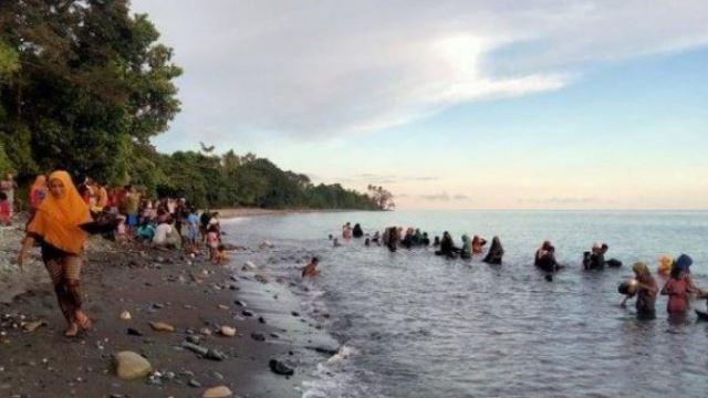 penduduk indonesia kutip emas 'free' di tepi pantai