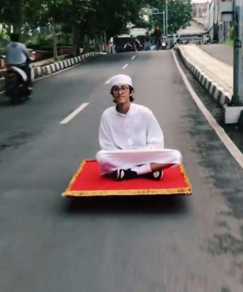 pemuda viral 'menjelma' sebagai aladdin