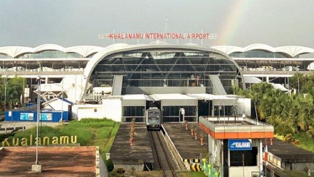 sekumpulan emak mengamuk di lapangan terbang indonesia akibat disahkan positif covid-19