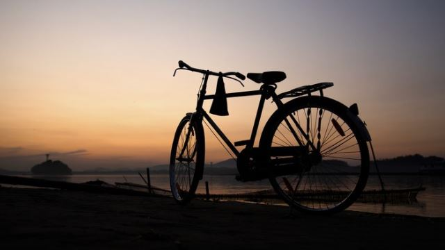 kisah sang ibu di indonesia yang sanggup kayuh basikal demi hantar anak bertanding kejohanan sukan