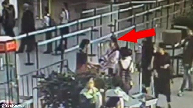 [Video] Berang Dihalang Bawa Bagasi Masuk Ke Dalam Pesawat, Penumpang Ini Bertindak Menampar Pekerja Airport