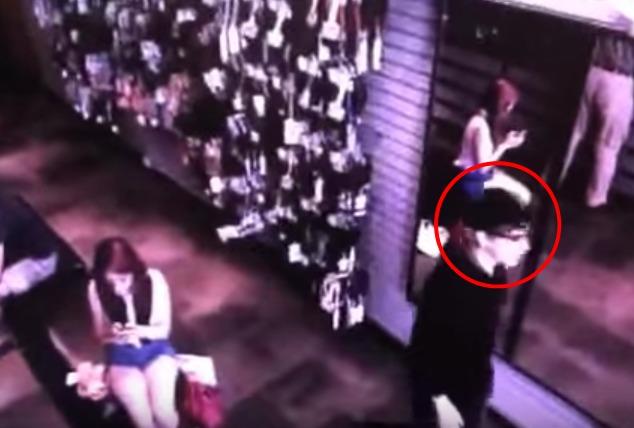 [Video] CCTV Rakam Lelaki Misteri Lalu Depan Cermin Tanpa Pantulan