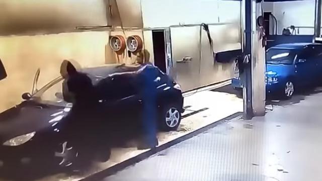Video Penyamun Dipaksa Cuci Kereta Selepas Gagal Menyamun. LOL!