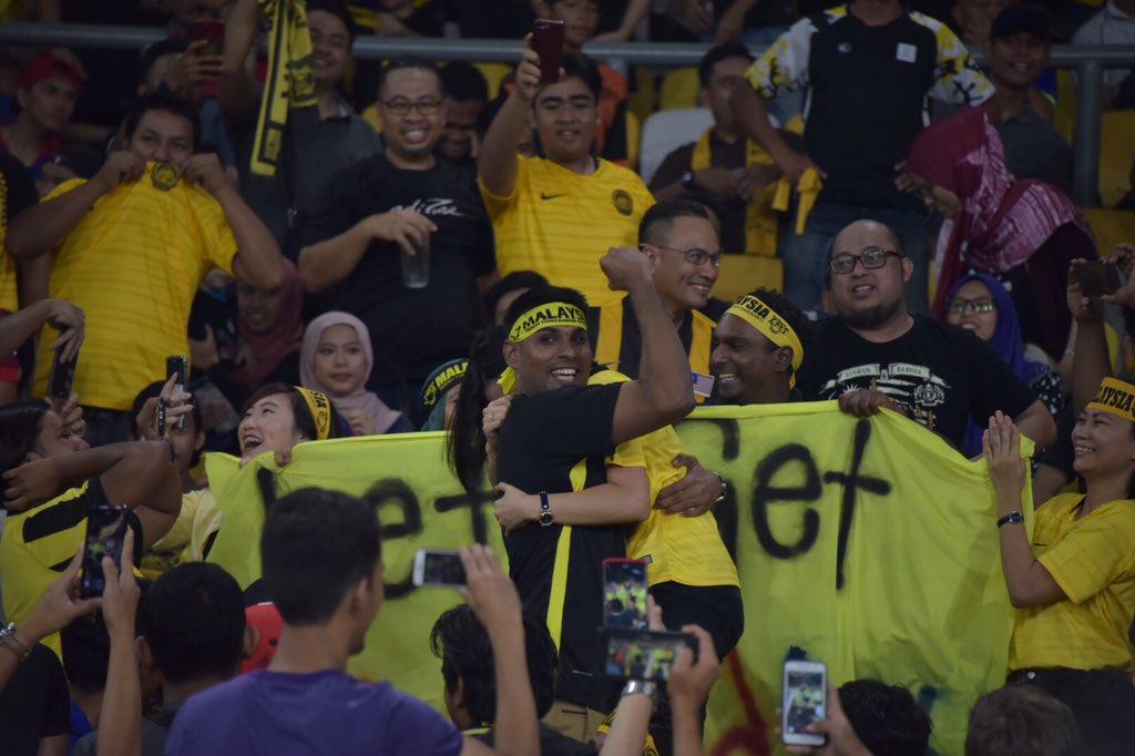 Momen Indah Dilamar Di Stadium Ketika Perlawanan Malaysia vs Myanmar