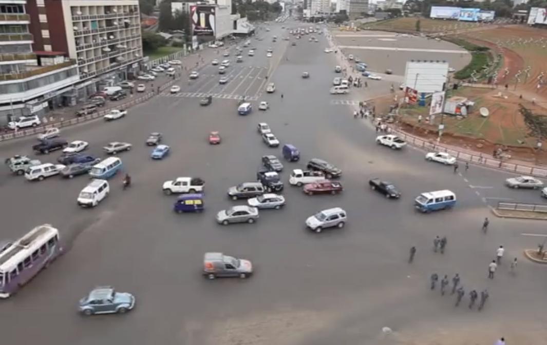 [Video] Lihat Bagaimana Pemandu Serta Penunggang Motosikal Melalui Jalan Besar Yang Sesak Tanpa Lampu Isyarat