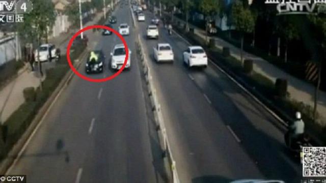 Cuba Lari Dari Sekatan Jalan Raya, Polis Nekad Lompat Atas Cermin Kereta