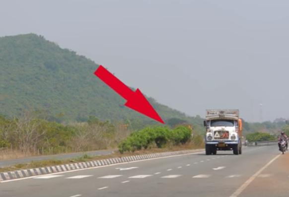[Video] Rakaman Video Menunjukkan Bayang-Bayang Misteri Di Tengah-Tengah Highway